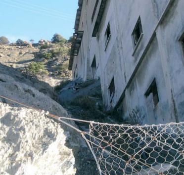Les anciennes mines d'amiante à Canari, Corse (photo Pierre Luton).