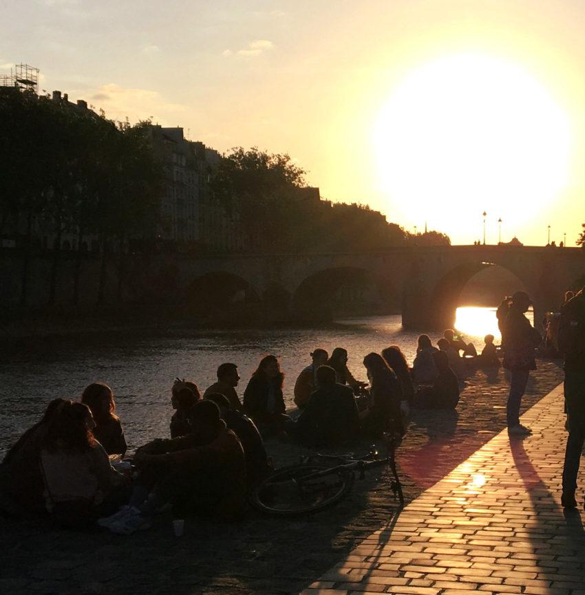 Les Parisiennes et Parisiens, une partie d'entre eux, ont fêté le déconfinement le soir du 11 mai 2020 s'affranchissant, pour beaucoup, des masques et des règles de distanciation. Pierre Luton, journaliste, rédacteur en chef d'A part entière, trimestriel de la Fnath. © PLuton 2020